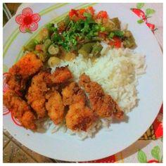 Peito de frango a milanesa carregado no alho, quiabo e arroz.