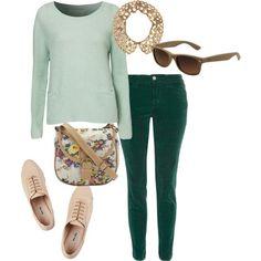 Outfit de martes, tendencia verde esmeralda, llevalo con tonos neutros como el melocotón, berenjena y rosa.