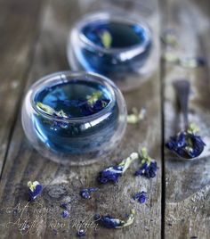 Butterfly Pea Flower, Flower Tea, Blue Food, Fancy Drinks, Tea Art, Aesthetic Food, Herbal Tea, Detox Tea, Food Photo