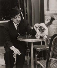 Robert Doisneau Jacques Prévert et son chat Old Paris, Vintage Paris, French Vintage, Robert Doisneau, Photo D Art, Charming Man, Cat People, Lyon, Cool Cats