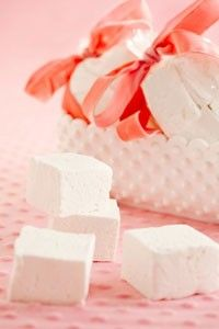 Paula Deen Homemade Marshmallows - what an experience! You'll never settle for store bought marshmallows again, these are dessert-worthy all by themselves. Brownie Desserts, Just Desserts, Delicious Desserts, Yummy Food, Recipes With Marshmallows, Homemade Marshmallows, Homemade Candies, Candy Recipes, Holiday Recipes