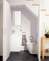 Hele breedte van trap gebruiken voor wc. Ruimtelijk effect. Wel brede deur