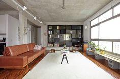 Construido en 2013 en São Paulo, Brasil. Imagenes por Tomás Cytrynowicz. La plantaoriginal del departamento de 85 m2 estabadivididaen dos dormitorios con un baño compartido al centro, incluyendo un salón, cocina,...