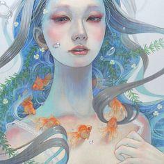 As pinturas a óleo da artista Miho Hirano são feitas de pinceladas delicadas e cores suaves. A artista se formou na Universidade de Arte Musashino e há anos exibe suas peças com figuras femininas e aspectos naturais por todo Japão. A dona desses contos de fadas visuais vive em Abiko, Chiba, Japão.    (...)