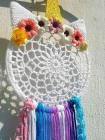 La ventana azul: 246.- Atrapasueños de unicornio a crochet Crochet Wall Art, Crochet Wall Hangings, Crochet Home, Crochet For Kids, Knitting For Kids, Crochet Dreamcatcher Pattern, Crochet Mandala, Crochet Keychain, Crochet Necklace