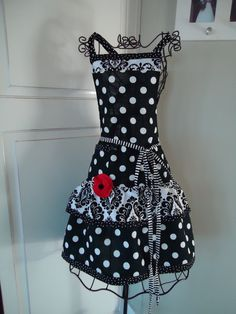 B & W apron love!    I think @Catherine Nelson would look super cute in this!