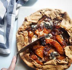 Tarte rustique au butternut et gorgonzola - Gratinez - Breakfast Recipes Pork Recipes, Snack Recipes, Cooking Recipes, Cake Recipes, Low Budget Meals, Budget Recipes, Food Porn, Healthy Snacks, Healthy Recipes
