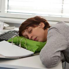 """Gönnen Sie sich ein Nickerchen zwischen den Akten! Die witzigen Ordnerkissen """"Büroschlaf"""" sind genau dafür designt, verfügen über Ösen zum Einheften im Aktenordner und die perfekte Größe für den Kopf jedes Schreibtischtäters. Mit dem Geschenk ist Ihnen das Gelächter sicher – tolle Geschenkidee für Ruhe, Entspannung und blendende Laune im Büro!"""