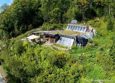 Habitat earthship escargo, Canada © Serge Desrosiers / Vitalproductions Plus Architecture Durable, Sustainable Architecture, Architecture Design, Residential Architecture, Contemporary Architecture, Pavilion Architecture, Building Architecture, Landscape Architecture, Earthship Design