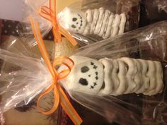 Skeleton treats - white fudge pretzels piled on top of a brownie with a marshmallow head - so cute and easy! Halloween Pretzels, Halloween Party Treats, Halloween Baking, Halloween News, Halloween Desserts, Holidays Halloween, Baby Halloween, Spooky Halloween, Holiday Treats