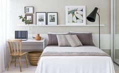 quando o quarto é pequeno, procure uma decoração funcional. em vez da mesa de cabeceira opte em fazer uma pequena escrivaninha