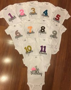 Set of Monthly Milestone Onesies for Baby An adorable set of 12 onesies (months and birthday) to perfectly capture the first year of memories. These super cute onesies also make a great baby shower gift. Each image is cut electronically and heat … Baby Shower Cricut, Baby Shower Gifts, Idee Cadeau Baby Shower, Cute Onesies, Diy Gifts For Dad, Diy Bebe, Foto Baby, Baby Shirts, Baby Onesie