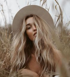 PHOTOGRAPHY natural beauty, natural wavy hair, how to get beach waves Another way to find wedding fa Creative Photography, Portrait Photography, Instagram Photos Photography, Best Instagram Photos, Nature Instagram, Girl Photography Poses, Outdoor Photography, Poses Pour Photoshoot, Outdoor Photoshoot Ideas