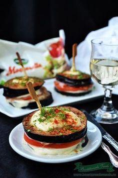 Turnulete de Vinete si Mozzarella, o gustare – aperitiv ce se prepara usor si rapid. Mozzarella pur si simplu iubeste legumele. O poti folosi si in alte combinatii la paste, la pizza, sendvisuri,Cartofi noi cu ciuperci, Mozzarella pane … te las pe tine sa imi spui la ce ai mai folosi acest delicios Mozzarella !!!