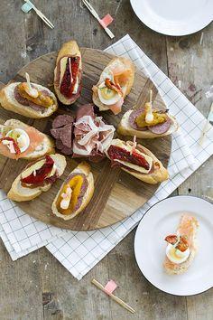 Drie lekkere pincho's die gemakkelijk zijn om te maken. Eentje met serranoham en brie, zalm en ei en tot slot een hapje met salami en gamba. Antipasto, Bruschetta, Milk Cookies, Snacks Für Party, Birthday Dinners, Spanish Food, Wrap Sandwiches, Appetisers, Chorizo
