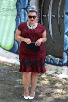Look com o vestido flare plus size para provar que, SIM, quem tem copão também fica linda com vestidos justos e modelados no corpo! Veja e se inspire
