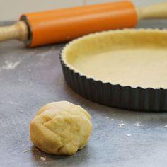 Réalisez chez vous vos pâtes à tarte sucrées ou salées avec cette recette de pâte brisée maison facile. Astuce de cuisine en vidéo par Hervé Cuisine