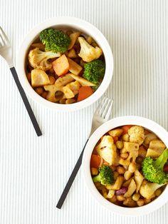 冬野菜の彩りも楽しいホットサラダ。スパイシーなペーストを熱々の野菜にからめてからさらにオーブンで加熱することで、味がしっかりとついて濃厚な味わいに。食物繊維もたっぷりで咀嚼回数も増え、満腹になること請け合い。|『ELLE a table』はおしゃれで簡単なレシピが満載!