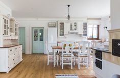 Príjemná vidiecka romantika | Decodom Magazín Kitchen Island, Home Decor, Island Kitchen, Decoration Home, Room Decor, Home Interior Design, Home Decoration, Interior Design