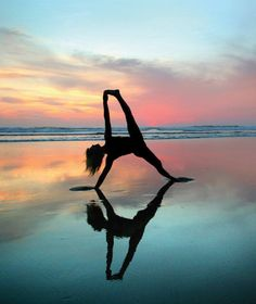 Yoga is a sort of exercise. Yoga assists one with controlling various aspects of the body and mind. Yoga helps you to take control of your Central Nervous System Yoga Meditation, Yoga Positionen, Sup Yoga, Yoga Dance, Yoga Inspiration, Corps Yoga, Namaste, Photo Yoga, Poses Photo