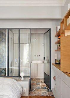 Big industrial windows in the bathroom / Verrière : une cloison vitrée dans la salle de bain - Marie Claire Maison