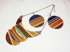 Parure Collier - Boucles d'oreilles en tissu pagne (kente) - Orange, Noir www.cewax.fr aime ce collier plastron multi rang style ethnique tendance tribale tissu africain wax Paper Bead Jewelry, Fabric Jewelry, Diy Jewelry, Handmade Jewelry, Jewelry Making, African Necklace, African Jewelry, Fabric Earrings, Diy Earrings