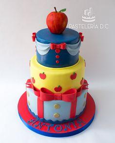 Torta temática de Blancanieves con topper de manzana elaborado en pasta de goma / Snow White cake.