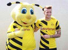 Marco Reus e Emma Herzen, a mascota do Borussia Dortmund.