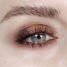 Starry Eyed @maccosmetics Brown down on outer corners and wood winked on the lids mixed with a touch of copper sparkle!