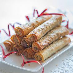 Knapperige gehakt-rolletjes in filodeeg met sesam, uit het kookboek 'De vrolijke… Crispy minced meat rolls in filo pastry with sesame, from Karin Luiten's cookery book 'The cheerful table'.