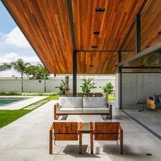 House CR is a project designed by obra arquitetos. The main request of the couple was to make a house with roof and great offer of external area. Luxury Modern Homes, Pergola, Luxury Furniture Brands, Backyard, Patio, Interior Decorating, Interior Design, Modern House Plans, Interior Exterior