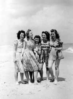 Jersey shore, 1942 awe can't wait to look at group photos of my girls and I around this age when IM old Mode Vintage, Vintage Love, Vintage Glamour, Vintage Style, Vintage Makeup, Vintage Beauty, 1940s Fashion, Vintage Fashion, Edwardian Fashion