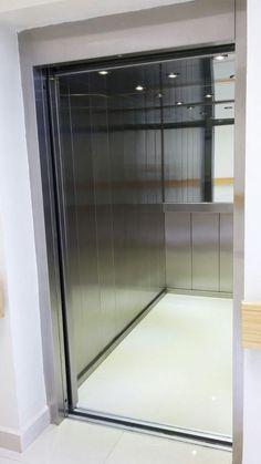 Vista interior de un montacamillas con el tamaño ideal para transportar una cama de hospital con una persona