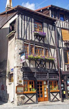 In Limoges vind je overal deze traditionele bouwstijl terug, o.a. bij de Rue de la Boucherie (Limousin, Frankrijk)    #France #Limousin #architecture