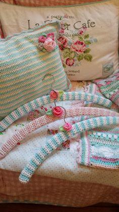 """The Boulevard of dreams"" — au-chalet: (via Rideaux Suédois) Crochet Diy, Crochet Coat, Crochet Pillow, Love Crochet, Crochet Gifts, Crochet Flowers, Crochet Projects, Sewing Projects, Baby Hangers"