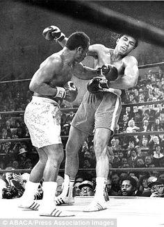 Muhammad Ali and Joe Frazier in New York City, 1971 - Philadelphia Inquirer/MCT/Zuma Muay Thai, Sports Illustrated, Kickboxing, Jiu Jitsu, Karate, Boxe Mma, Boxing Images, Muhammad Ali Boxing, Professional Boxing