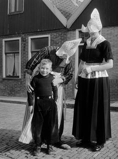 Jongen in klederdracht en vrouw in zondagse kerkdracht, Volendam (1950-1960)