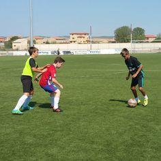 Tres cracks más: Jorge intenta jugar un balón mientras José David protege la zona del acoso de Mario.