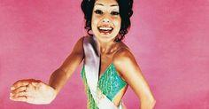 """Como fazer bonitas faixas de concurso de beleza. As faixas são uma parte essencial do processo de um concurso de beleza. Elas, ou também chamados cinturões, dobram-se sobre o ombro e em torno da cintura de competidores para fins de identificação. O texto em uma faixa de concurso de beleza, por exemplo, pode dizer algo como """"Miss Brasil"""", """"Miss São Paulo"""" ou """"Concorrente nº 4"""". Os juízes e ..."""