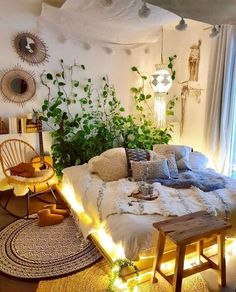 The style secret for this bohemian hippie bedroom is keeping light hues on tone Bohemian Bedroom Decor Bedroom Bohemian Hippie hues keeping light Secret Style Töne Bohemian Decoration, Bohemian Bedroom Decor, Hippie Home Decor, Bohemian Interior, Hippy Bedroom, Dream Bedroom, Summer Bedroom, Cozy Bedroom, Minimalist Bedroom