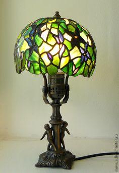 Витражная настольная лампа Фиалки. Небольшая витражная настольная лампа создаст уют и наполнит комнату волшебным светом. Ножка из бронзы.