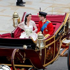 Just before embarking on their procession to Buckingham Palace, the newlyweds take a moment to themselves before riding through the streets of London in a State Landau carriage, the same one used to transport Prince Charles and Princess Diana Royal Wedding 2011, Royal Weddings, Romantic Weddings, Unique Weddings, Kate Middleton Prince William, Prince William And Catherine, Prince Andrew, Prince Charles, Lady Diana