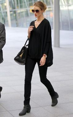 Sweet Apple ☂️: Rosie Huntington-Whiteley Street Style black blouse, black s. Sweet Apple ☂️: Rosie Huntington-Whiteley Street Style black blouse, b Estilo Casual Chic, Casual Chic Style, Simple Style, Edgy Chic, Effortless Chic, Casual Goth, Casual Attire, Comfy Casual, Business Fashion