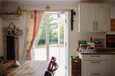 En casa de Amoretti - Con botas de agua Curtains, Home Decor, Home, Waterproof Boots, Furniture, Blinds, Decoration Home, Room Decor, Draping