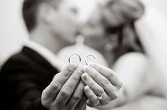 As alianças são um ícone do casamento e merecem ser fotografadas com toda pompa!