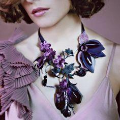 Un collier de fleurs en velours Bijoux Diy, Violet, Handmade Necklaces, Diy Wedding, Crochet Necklace, Jewelry Accessories, Brooch, Marie Claire, Pure Products