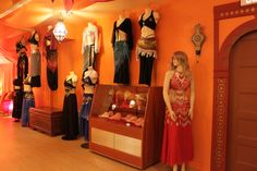 Boutique baladi sur place. Costumes, ceintures et tous les accessoires pour la danse orientale. Bellydance store : costumes, scarfs and all accessories for bellydancing. Photo : Mélanie Baladi - École de danse orientale #bellydance #baladi #store #boutique