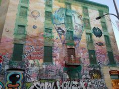 #Graffiti #ArtSocietatEducacióUB2016 #GrupB Graffiti elaborat a la façana de l'edifici que fa cantonada amb els carrers Floridablanca i Comte d'Urgell. Aquest bloc de pisos, anomenat La Carboneria, va estar ocupat per un grup d'okupes (CSO) des del 2008 fins el 2014. Aquesta façana a sofert dos decoracions, l'actual es va elaborar l'any 2013 per Roc Blackblock amb sprai i pintura. Actualment, està considerat un Bé d'Interés Urbanístic. VISO, Miriam