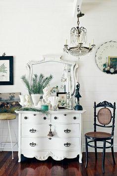 commode blanche, commode baroque blanche, lustre et plancher en bois sombre