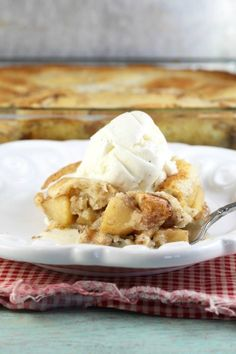 Easy Apple Cobbler Recipe that can be made with any fruit. Top with ice cream for a delicious dessert that tastes just like grandma made and the entire family will love it. Best Soup Recipes, Punch Recipes, Favorite Recipes, Pear Recipes, Fruit Recipes, Summer Recipes, Kitchen Recipes, Cooking Recipes, Delicious Desserts
